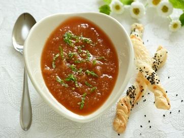 Kold suppe med lune ostestænger