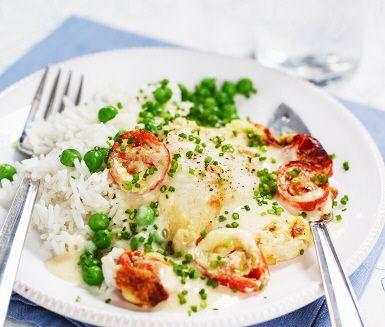 Lättlagat recept på gratinerad fisk med tomat och gräslök som reder sig själv i ugnen. Det enda du behöver göra är att förbereda den goda blandningen på créme fraiche, mjölk och majsstärkelse som du sedan häller över fisken. Du serverar fisken med en härlig färgklick av gröna ärtor och nykokt ris.