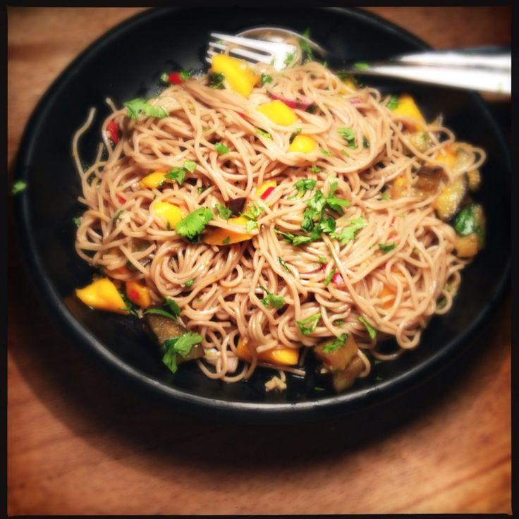 recept recipe vegan veganistische vegetarisch vegetarian noodles noedels soba mango aubergine eggplant eastern oosters asiatisch asian koriander cilantro healthy gezond cooking koken keuken food blog