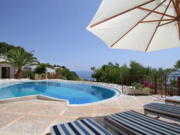 Diese Villa in Cala Ratjada auf Mallorca hat eine wunderschöne Terrasse mit Pool und einer wahnsinnigen Aussicht. #Finca #Strand #Sommer #Sonne #Beach #travel #holidays #imUrlaubwiezuhausefühlen