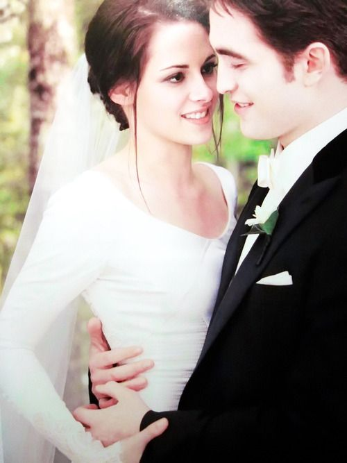 """I KNOW THIS PIC IS. """"BELLA""""  AND  """"EDWARD""""  BUT IT REMINDS ME OF WHAT COULD HAVE BEEN.  THEY WERE A BEAUTIFUL COUPLE./ KRISTEN STEWART AND ROB PATTINSON"""