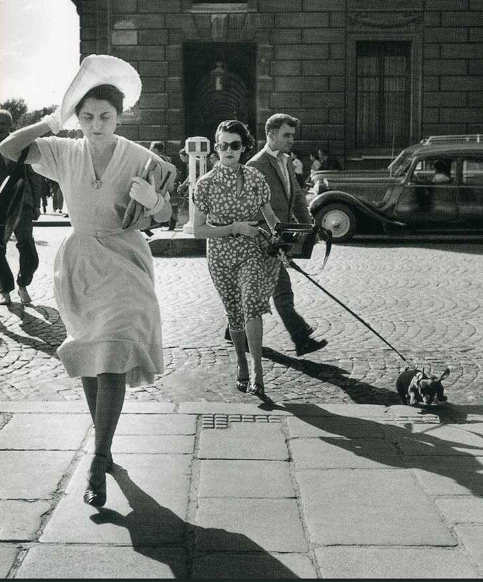 Coup de vent dans la rue Royale, en 1949. Une photo de © Robert Doisneau (Paris 8ème)