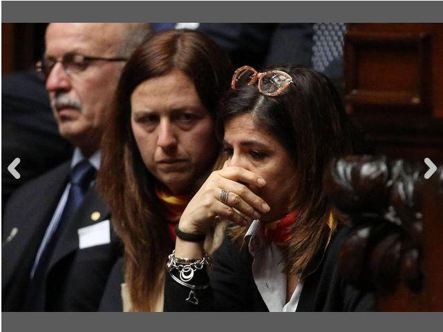 La sorella di Massimiliano Latorre (a sinistra) e la moglie di Salvatore Girone sedute nella tribuna degli ospiti durante l'informativa sui due marò in aula della Camera, al termine della quale il ministro degli Esteri Giulio Terzi annuncia le sue dimissioni. È il 26 marzo 2013