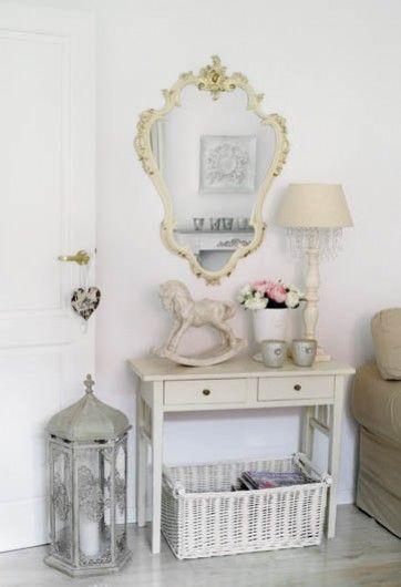 Sypialnia w stylu prowansalskim - Dekoracje w bieli i beżu nastrajają optymistycznie na cały dzień. styl prowansalski, białe meble, lustro, toaletka, biel, krzesło, dekoracje wnętrz, dekoracje, meble drewniane