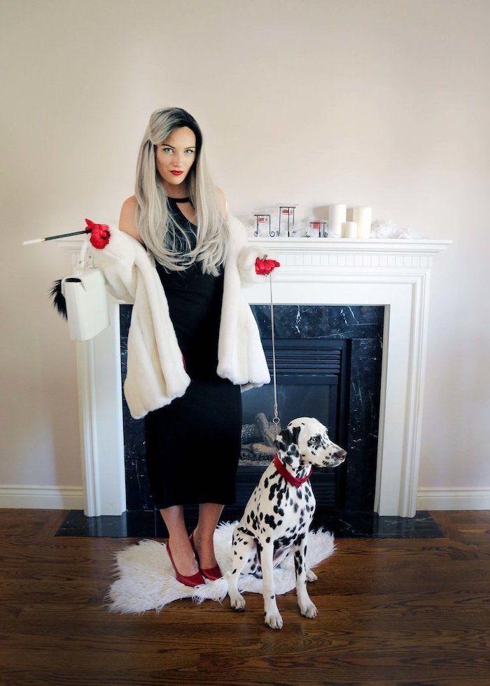 Cruella de Vil Kostüm für Fasching, schwarzes Kleid und weißer Mantel, rote High Heels und Handschuhe, graue Haare