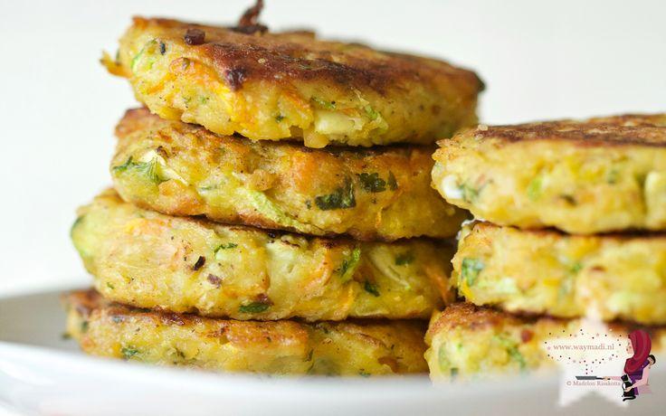 Meer groenten eten doe je met deze groenteburgers met kikkererwten, courgette en peentjes. Snel klaar en makkelijk te combineren!