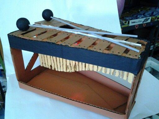 Marimba tipica hecha con carto reciclado