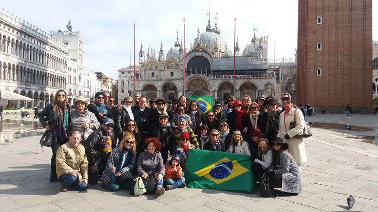 Fotografía: Guía Eliane- Foto de grupo de Schultz de Brasilen la Plaza San Marco -Venecia