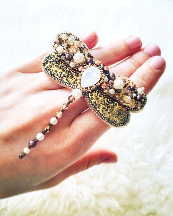 BROCHE LIBELLULE SWAROVSKI brodée, insect, bijou unique et original, bijoux pour femmes, Brooch dragonfly par JewelrybeadsTresors sur Etsy https://www.etsy.com/fr/listing/594081663/broche-libellule-swarovski-brodee-insect