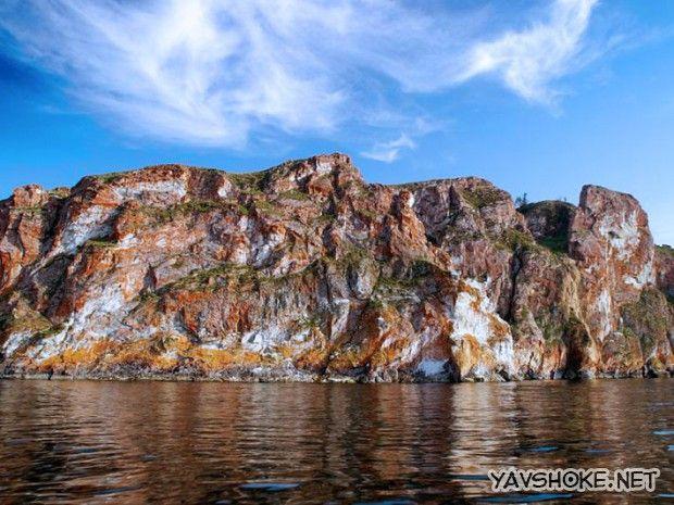 А остров Ольхон, жемчужина голубых просторов Байкала. И тоже без сомнений одно из красивейших и живописных  мест нашей  планеты. Тут есть много скал, песочных пляжей, густая тайга, берега заваленные крупными белыми камнями.