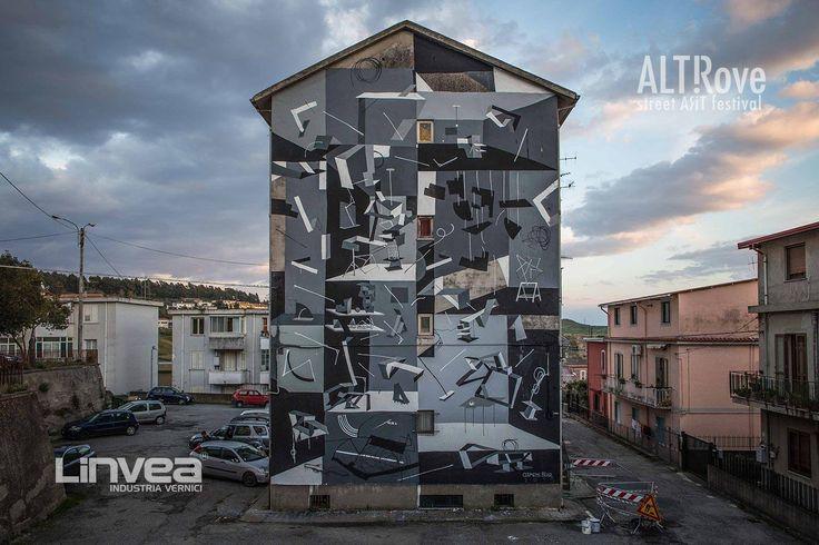 #SpaceToPlace di Clemens Behr per ALTrove - Street Art Festival Le opere murali di Clemens Behr riescono ad assorbire e al tempo stesso riflettere l'ambiente urbano che le circonda. I suoi lavori partono da materiale di scarto da costruzione, che trova direttamente in strada. Al termine dell'opera, lo spettatore si trova di fronte a un gioco di equilibrio geometrico, utopico e instabile, tra differenti piani dimensionali.  ph Angelo Jaroszuk Bogasz  #Linvea #utopia #streetart #regenaration…