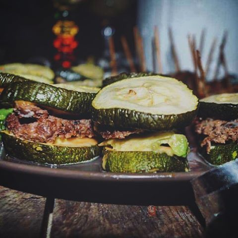 MINI ZUCCHINI AVOKADO BURGERS: ✅ 1,5 zucchini, delad i ca 1 cm tjocka bitar (ca 16 st). ✅ 250 g nötfärs ✅ ½-1 avokado, skuren i smala skivor ✅ 2 tsk salt ✅ 1 msk chipotlemayo (mayo + rökt paprika, chipotle-chilipulver, vitlök). ✅ Ev. osötad senap  ✅ Salt + peppar...