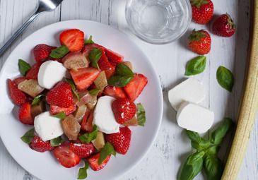 Rabarber-aardbeien salade met geitenkaas