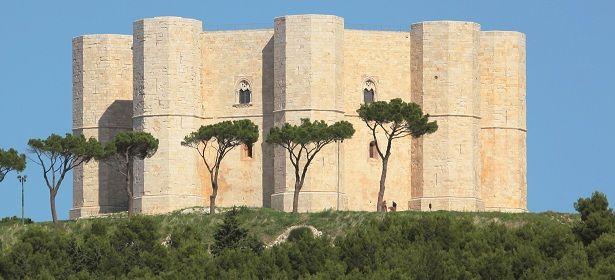 Castel del Monte -Andria (Barletta-Andria-Trani) L'affascinante maniero di Federico II è un capolavoro d'architettura medievale ed è il simbolo della Puglia, dichiarato dall'Unesco patrimonio dell'Umanità. 41°05′03″N 16°16′17″E
