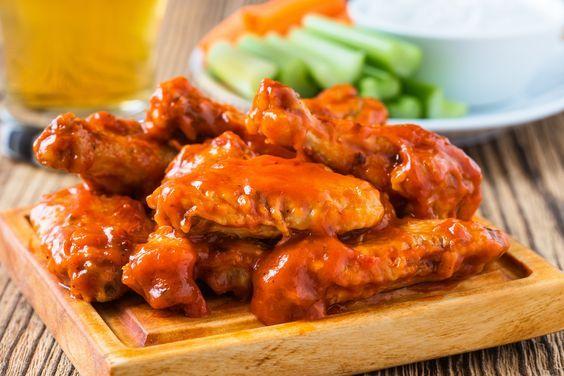 Prepara esta deliciosa salsa buffalo casera para tus alitas. Se hace en 5 minutos y seguro tienes todos los ingredientes en tu alacena. ¡Olvídate de los conservadores y sorpréndete con lo fácil que es hacerla!