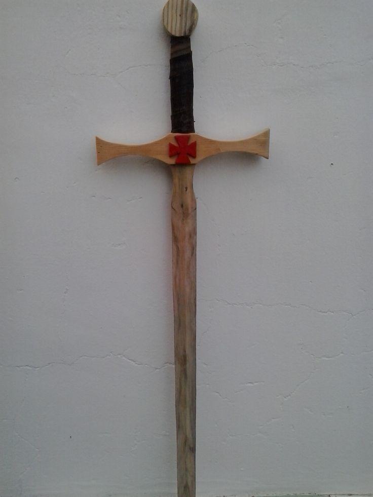 Espada realizada en madera. Sin pintar. Empuñadura de cuero.