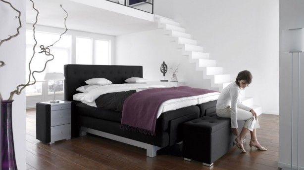 Stijlvolle slaapkamer met boxspring van Swiss Sense. Wanneer je het over een stijlvolle slaapkamer hebt, denk je al snel aan deze slaapkamer met design-boxspring. Alles in deze slaapkamer past prachtig bij elkaar. De stijlvolle paarse plaid geeft de slaapkamer een subtiel kleuraccent. De nachtkastjes hebben net zoals het bed een schitterende combinatie van zwart en wit. Daarnaast zijn het hoofdbord en het bankje aan het voeteneind van het bed prima op elkaar afgestemd. En zo'n bankje is ook…