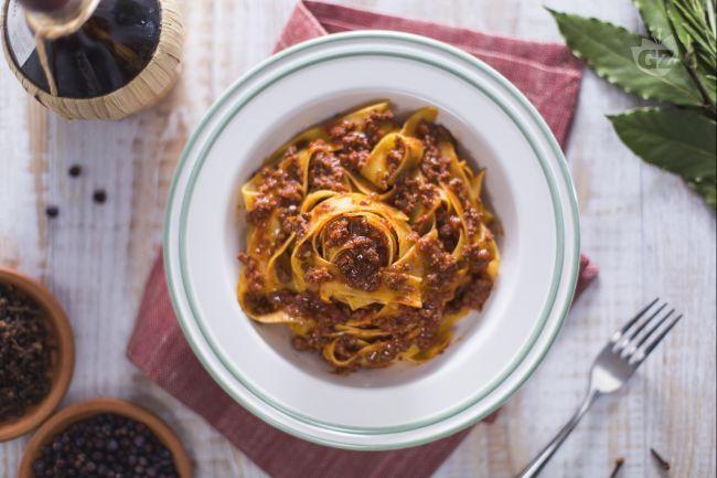 Le pappardelle al ragù di capriolo sono un primo piatto dai sapori rustici, ma…