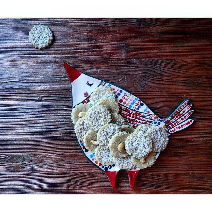 ▶ #сыроедческоепеченье:   1ст орехи кешью  1ст кокосовая стружка  3 ст.л. Лимонный сок  2ст.л. Сироп агавы (или любой другой подсластитель)  Всё в блендер. Раскатать пласт, вырезать печенье и отправить в сушку.  Вкушайте с удовольствием 👍😀  #сыроедение #сыроедческиерецепты #raw #vegetarian #вегетарианство #веганство