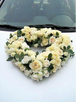 Een fantastische versiering voor de trouwauto van rozen in delicate schaduwen van crème, perzikkleurige en roomwitte rozen met rozenknopen.  Een kleine toevoeging van groene bladeren maakt de hele compositie prachtig levendig waar alle kleren van bloemen worden en de mooiste manier getoond. Het hart wordt op de auto met zuignappen bevestigd.