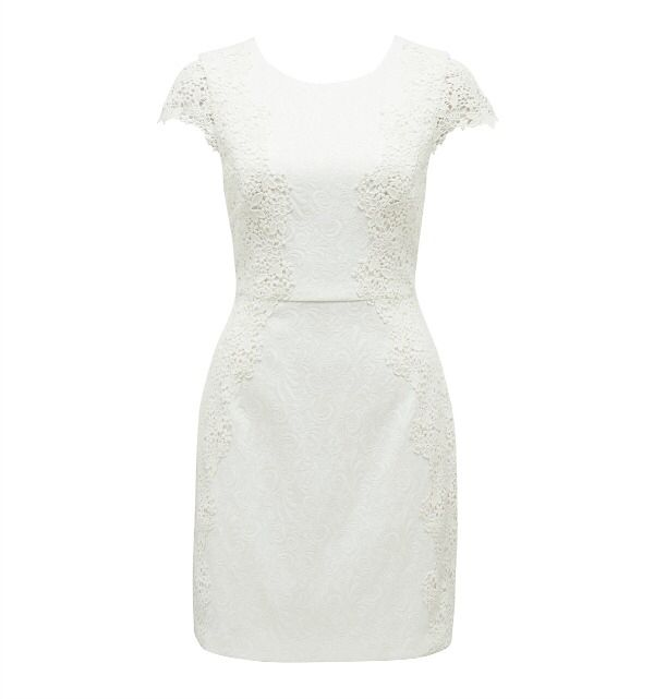 Bild från http://andlollipops.files.wordpress.com/2014/03/twilight-symphony-mia-textured-lace-applique-dress-in-porcelain-r1399.jpg.