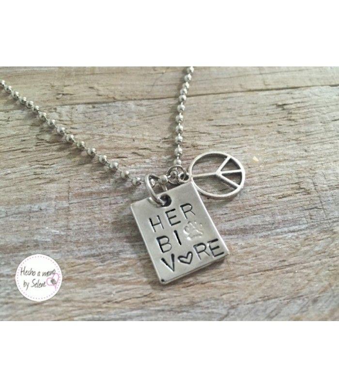 Colgante para vegans o veguis con la inscripción de hervibore y simbolo de amor y paz.