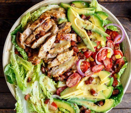 Recette facile de salade au poulet, avocat et bacon avec une vinaigrette!