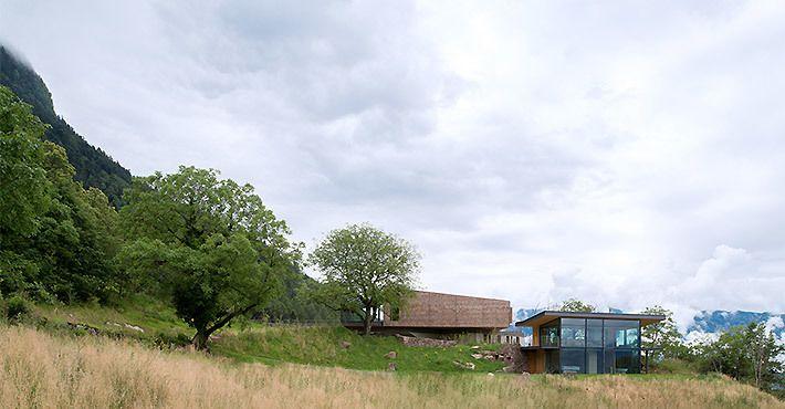 Передний фасад дома с дальнего расстояния.  (архитектура,дизайн,экстерьер,интерьер,дизайн интерьера,мебель,маленький дом,минимализм,фасад) .