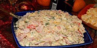 Nejlepší slavnostní salát zkuřecího masa, šunky, sýru a zeleniny!