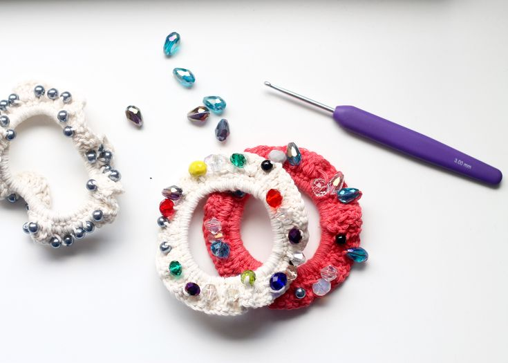 Scrunchies are back and you can make them yourself. Make beautiful crocheted hair loops with beads that can be used by children and adults alike. The recipe is suitable for beginners. It doesn't take long time to make the hair loops so you can quickly make a few. They are perfect as a friend gift or for little girls.