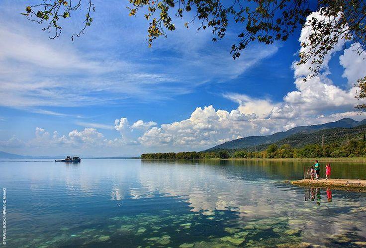 Τριχωνίδα, Αιτωλοακαρνανία: Την μπερδεύεις άνετα με θάλασσα αφού είναι η μεγαλύτερη λίμνη της Ελλάδας, αλλά όχι τόσο τουριστική όσο θα περίμενε κανείς. Ανάμεσα σε Παναιτωλικό και Αράκυνθο, είναι ένα γ