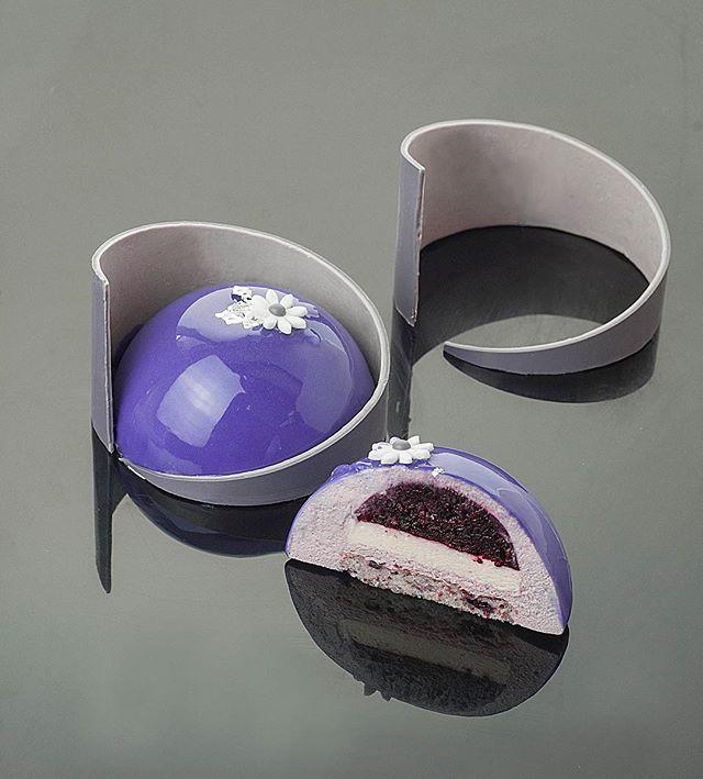 """Пирожное лаванда-ежевика-йогурт. Или моя интерпретация этого десерта от @darkzip . Бисквит """"Дакуаз"""" с ежевикой; конфи с ежевикой; кремё с белым шоколадом и йогуртом; лавандовый мусс на меренге. В завершение всего зеркальная глазурь и декор из белого шоколада. Ну и конечно я хочу подарок от @darkzip за #МойДесертПоЭнди :)))"""