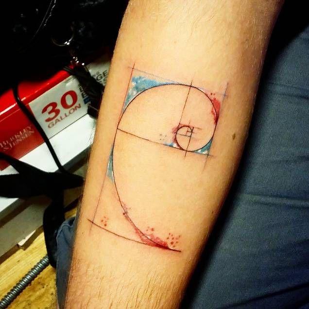 Tatuaje del rectángulo áureo en estilo acuarela situado en el antebrazo. Artista tatuador: Jay Shin