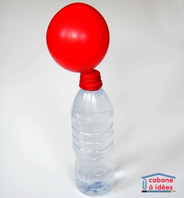 Expérience : gonflez un ballon sans le toucher! | Vous avez besoin de l'eau gazeuse et du sel.  Mettre le sel àl'intérieur du balon et le déposer au bout de la bouteille.  Lorsque le sel entre en contact avec l'eau, la réaction est immédiate.