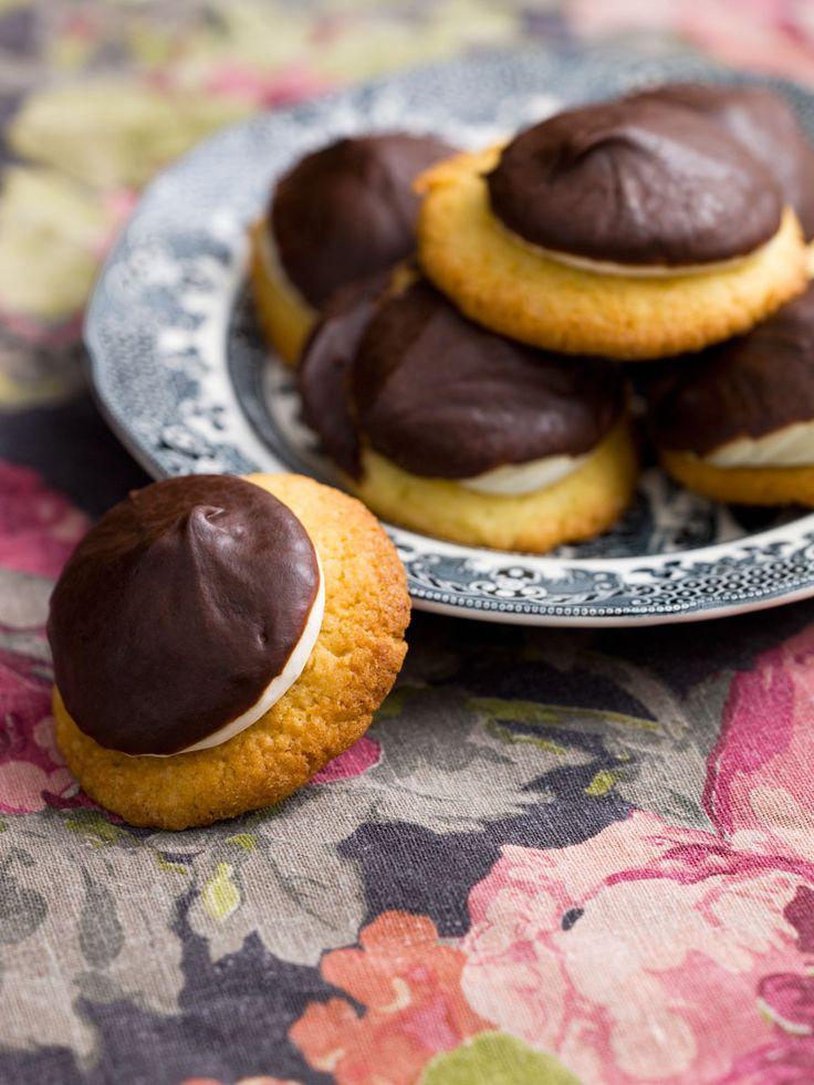 Det här är en hembakad variant av Tunnock Teacakes som finns med antingen mörk eller ljus choklad. Dessa klassiska brittiska godingar döljer sig vanligtvis bakom prassligt rött eller blått...
