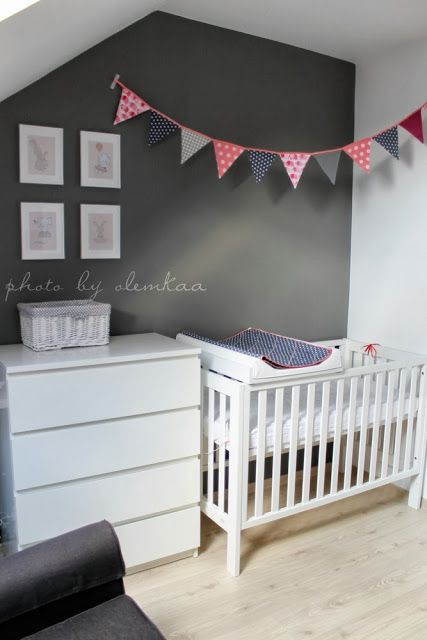 Love the bunting away from wall, Would be lovely with things slightly hanging at different levels for baby to watch.