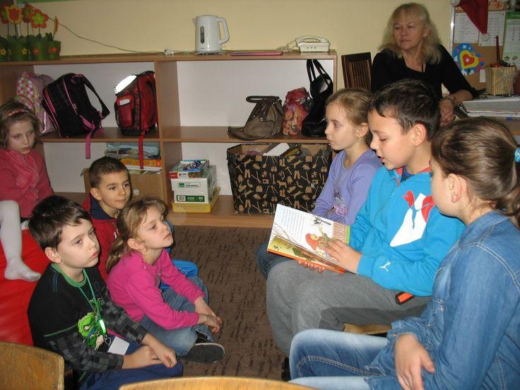 """Dzisiaj z samego rana wraz z kolegami z klasy 3 a i z moją mamą Asią wybraliśmy się z wizytą do świetlicy i zerówki, aby poczytać dzieciom. Wybraliśmy dwie książki """"Mysia"""" oraz """"Mała wiedźma Jagoda i pajączek"""". W czytanie z nami włączyła się również pani ze świetlicy Irena Kowalczyk."""