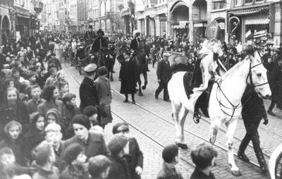 De intocht van de Sint in 1930. De foto is gemaakt in de Burchtstraat.