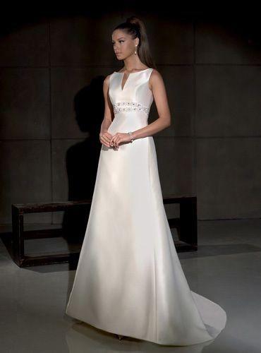 Vestido de novia modelo Gales, de Villais. Estilo elegante y sencillo. De corte princesa, escote barco alto y detalles bajo el busto.