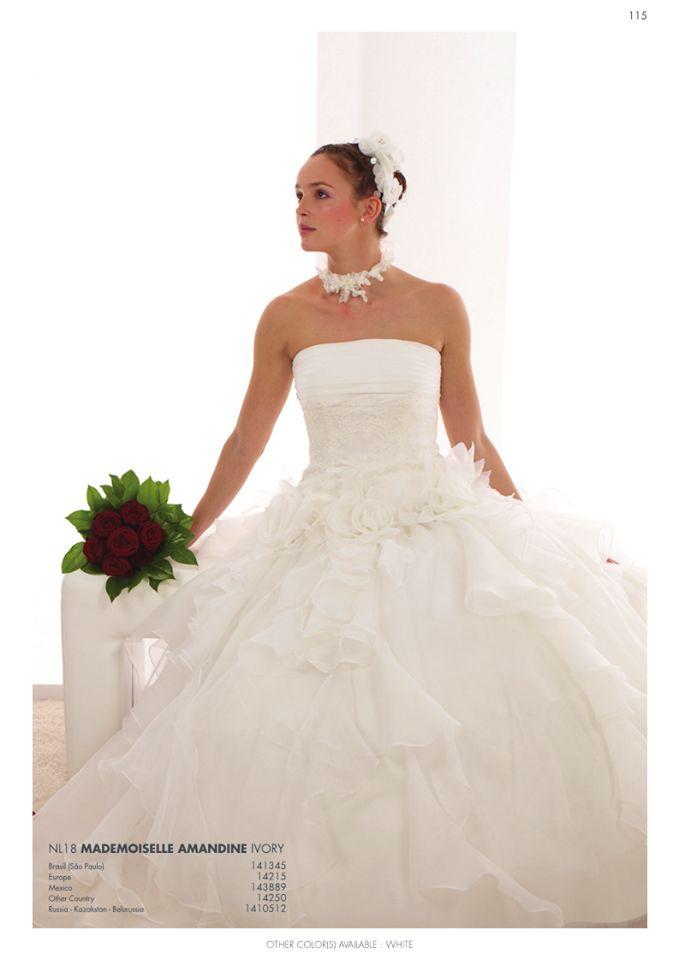 Abito sposa e bouquet di rose rosse