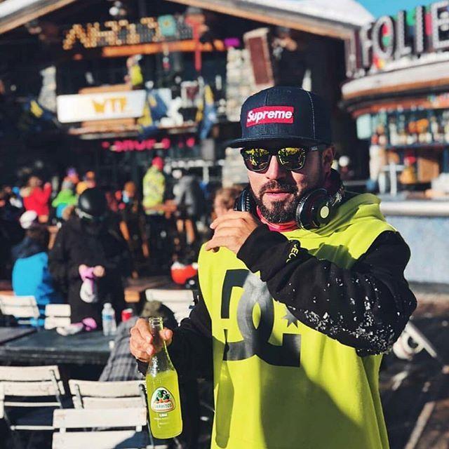 Fiesta en la nieve con nuestro amigo @sergiomuny en el viaje a #tignes de @madridxtreme !  Gracias por la foto @sergiomuny !  #jarritosespaña #nieve #extreme #wintersports #snowboard #dj #musica #lime #snowboard #supreme #dc #fiesta #jarritos #winterseason #fun #pasion #lifestyle #drink #winterlife #deportesextremos #wintersport #skiing #drinkstagram #wintersun #noalcohol #skiingtrip #supergood