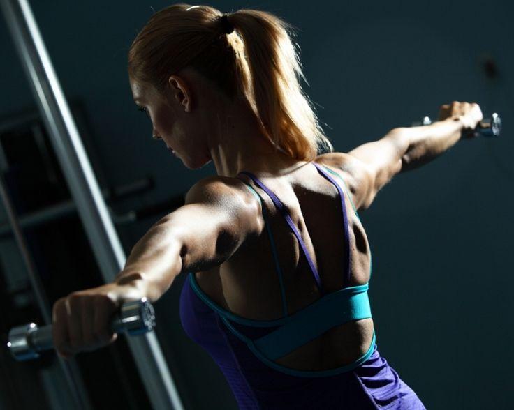 Übungen für die Schulter sind sehr geläufig und normalerweise ein fester Bestandteil von Rehabilitations- oder Korrekturprogrammen. Wie in vielen anderen Bereichen scheint es auch hier einige Dinge zu geben, die viele von uns einfach hinnehmen und für eherne Gesetze halten. Doch kein Programm ist für jeden gleichermaßen geeignet! Von Mike Reinold. http://www.functional-training-magazin.de/3-mythen-ueber-schulteruebungen/