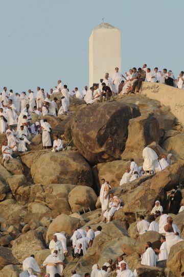 Pèlerins montant sur le mont Arafat. Réalisez votre hajj avec www.francemanassik.net