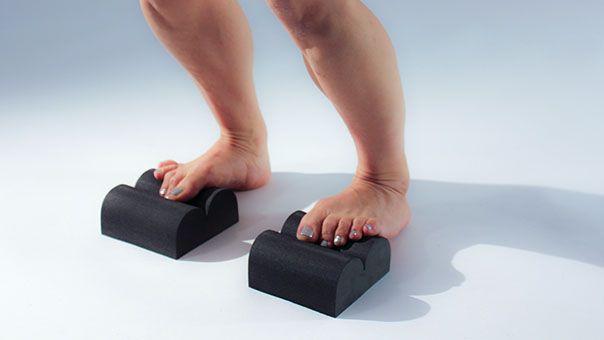 РАСТЯЖКА -вы стоите с коленями прямо. Через несколько секунд, смягчить колени, чтобы освободить верхние икроножных мышц. Повторите в течение минуты в день и избежать нижней части спины и боль в пятке (подошвенный фасцит).