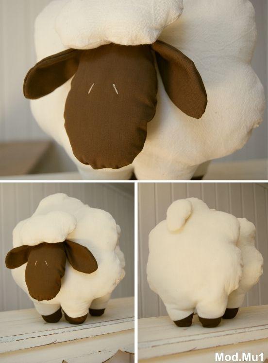 Cojín infantil en forma de ovejita.