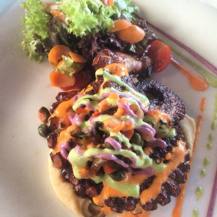 Pulpo a la parrilla con salsa acevichada, de cilantro y spicy.