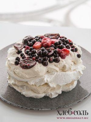 На одно безе выложите половину крема, накройте вторым безе, смажьте его оставшимся кремом. Украсьте любыми ягодами.