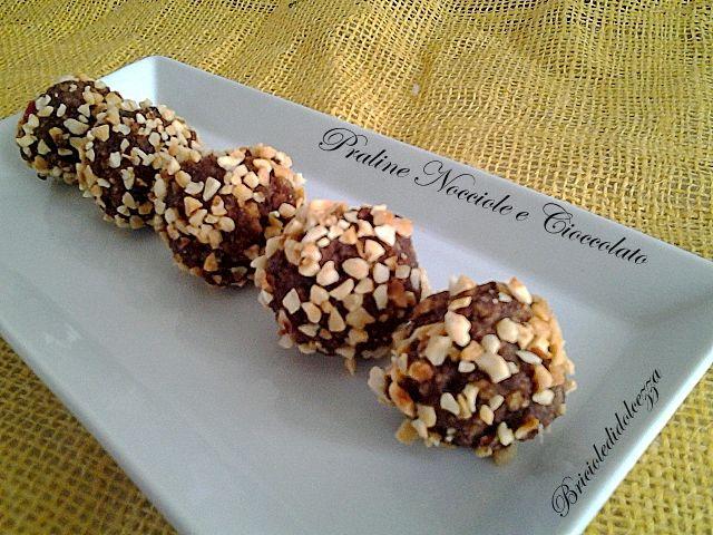 Praline Nocciole e Cioccolato. Il boccone perfetto! Le praline con nocciole e cioccolato fondente sono il risultato di un riciclo, velocissime da preparare!