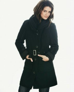 Frakk warmtrend <3 Trendy & varm ull jakke med god krage/hals.  Jakken har solid glidelås, knepping & tilhørende belte.