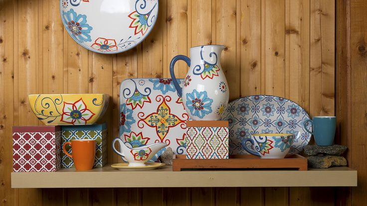 Этот яркий набор керамической посуды выдержанных в едином стиле, украшен фантазийным цветочным рисунком. Онможет стать постоянным помощником в сервировке, красивый дизайн в сочетании с лучшими свойствами керамики – желанный гость на вашем столе. Керамические изделия экологичны, к тому же кофе и чай, налитые в кувшин, не остынут в течение нескольких часов, а холодные напитки в нем надолго сохранят свою прохладу.